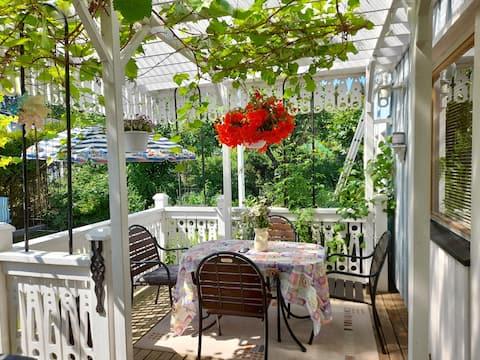 Idyllic all-garden cottage. Free parking.