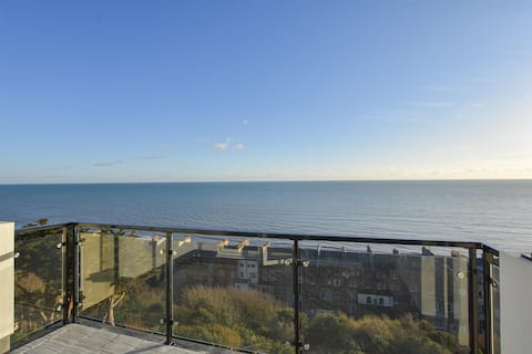 Seascape - 2 bedroom flat with panoramic sea views