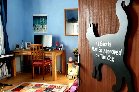 Blue Room: Private Room in the Heart of Kozana