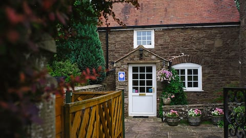 Beautiful 17th Century traditional stone cottage