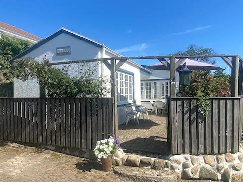 Trevlig litet hus precis vid havet i Skälderviken