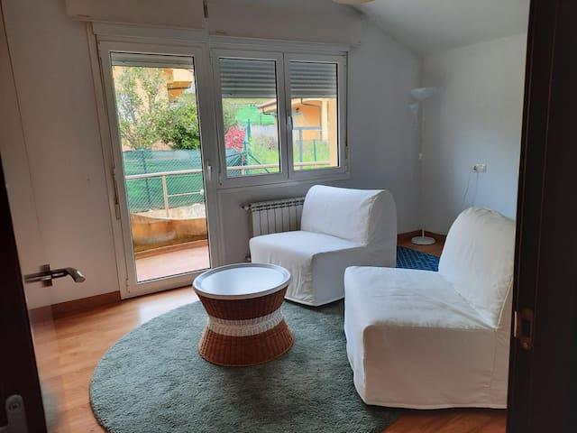 Habitación 2 con balcon planta de arriba  Con 2 butacas que se convierten en camas supletorias y pequeño gimnasio con esterilla de yoga, mancuernas y aparato para ejercicios multiples