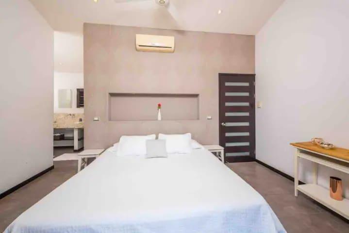 Master bedroom 1 (king size bed)