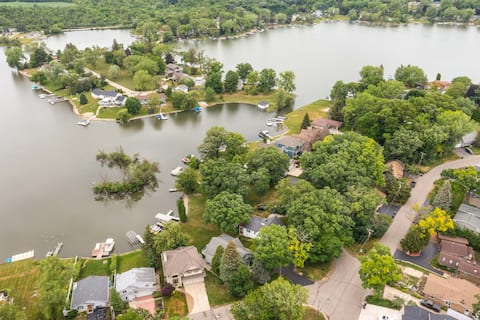 Lakefront Resort Style Home. Pontoon Available.