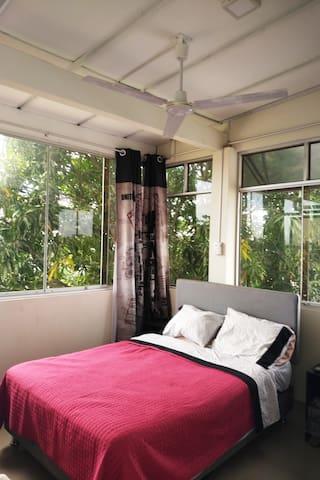 """Amplio Dormitorio Principal, incluye cama de 2 plazas, ropero de 6 puertas, mesa de noche, tv de 32"""" con TV por cable, y ventilador de techo."""