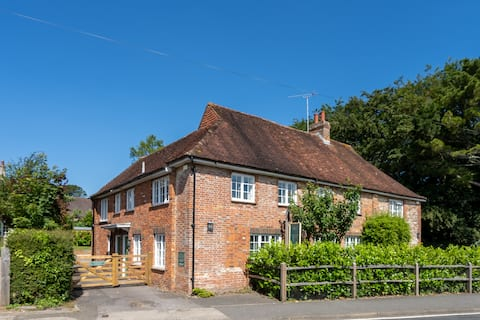 Beautiful 3 bedroom cottage close to Goodwood !