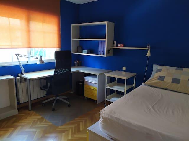 Habitación con dos camas individuales. Baño privado