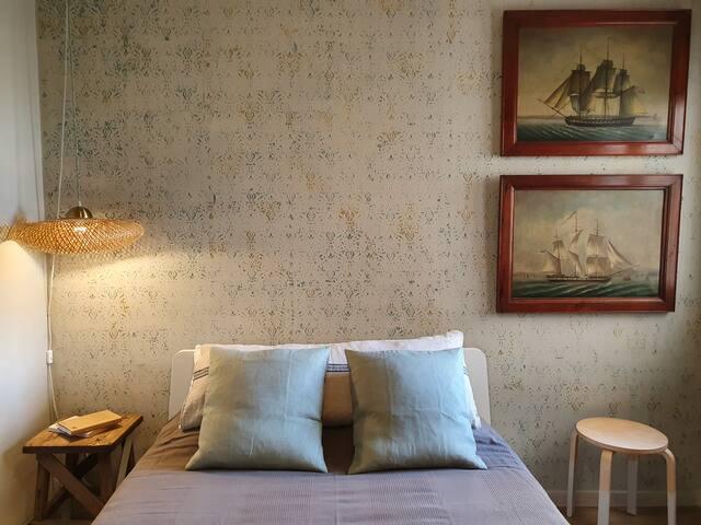 Confortable habitació de matrimoni. amb un ampli i nou matalàs de 145 x 200.  Perfecte pel descanç.