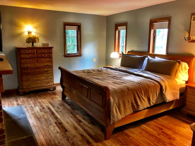 Master bedroom (king bed). There is a walk in closet and en suite.