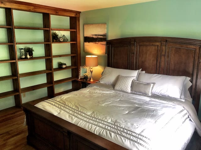 Fourth bedroom with a closet (king bed).