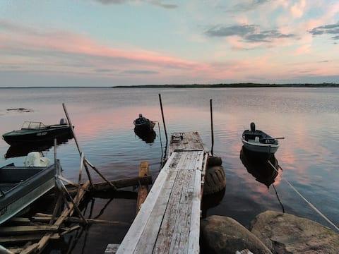 Дом на берегу Белого моря,рядом находится пирс для отправки на Соловетские острова