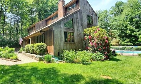 Woodsy Cottage w/Pool- Pet Friendly 420 Friendly