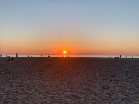 Sunset Beach Hut - Tropical Canadian Getaway