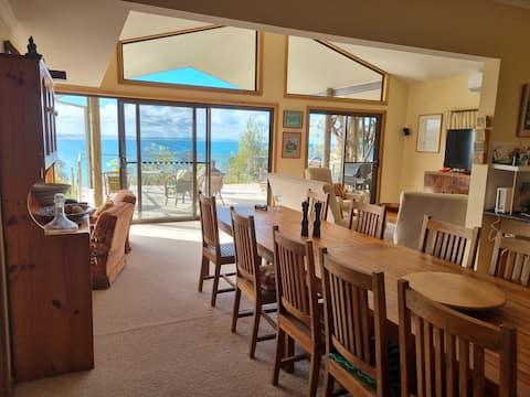 Suara Ombak. luxury villa absolute beachfront 6br.