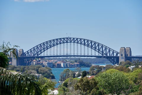 BREATHTAKING VIEWS ACROSS THE HARBOUR AND CITY.