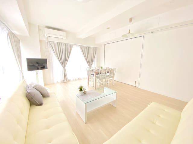 白い壁と白いソファ!