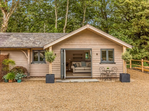 Delightful 1 bed lodge in South Downs village