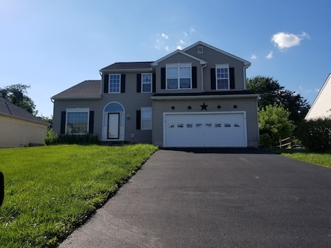 Spacious 4bdrm home w/ fire pit in fenced backyard