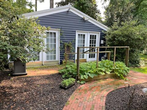Cozy Backyard Bungalow