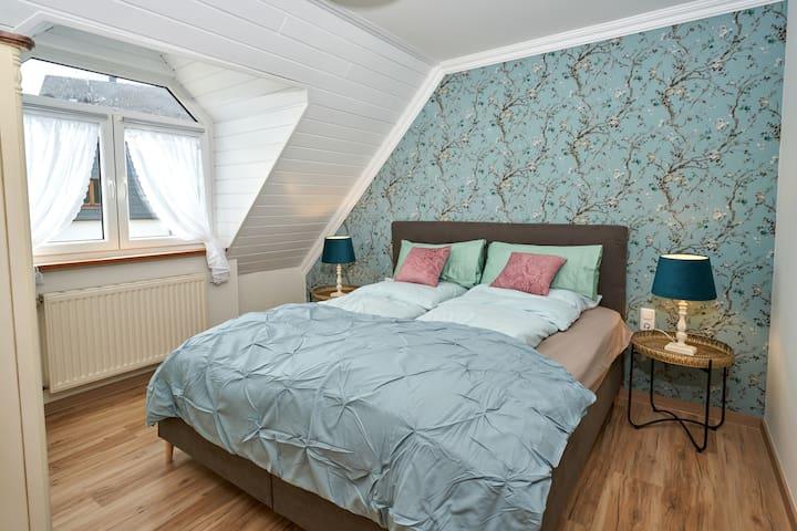 Maarstube Schlafzimmer mit Boxspringbett