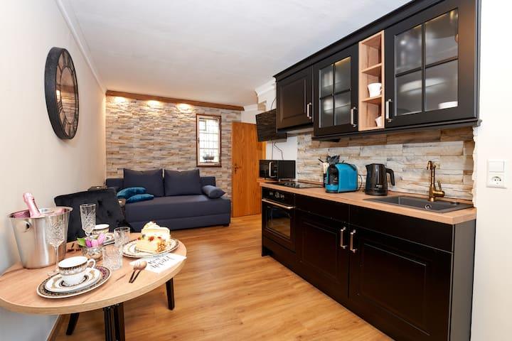 Stollenstube, Wohnraum-Appartement mit ausziehbarer Boxspring-Schlafcouch