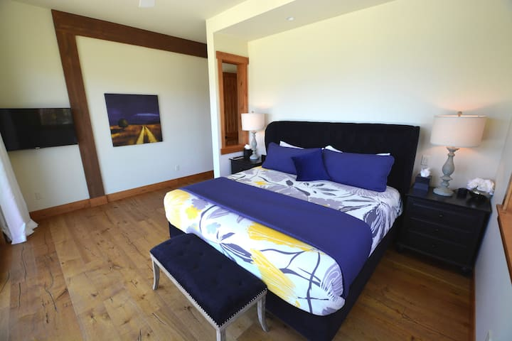 'Malbec' - downstairs master bedroom suite with king bed and flat screen TV