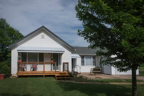 Country Retreat in Fully Renovated Cottage