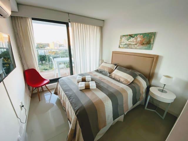 Dormitorio completo con Smart TV Samsung de 43 pulgadas con DirectvGo y NetFLix.  Aire Acondicionado silencioso  Salida al balcón directa