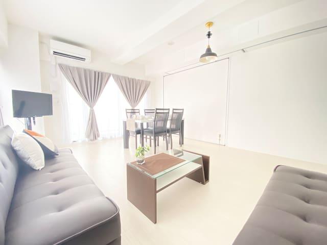 白い部屋と黒いソファ