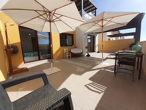 Vivienda en la playa, piscina y amplia terraza