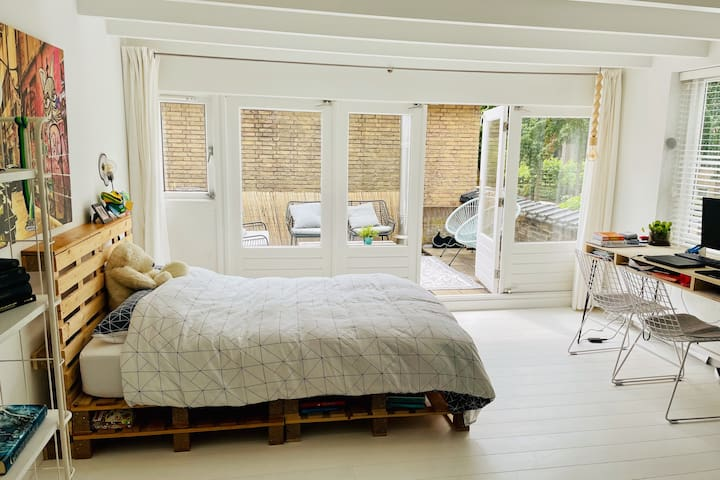 Slaapkamer eerste verdieping met 2-persoons bed en dakterras