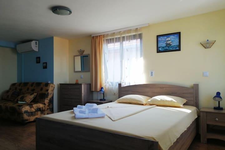 Синята стая е с изглед към морето,удобно обзаведена,подходяща за семейство от двама или трима гости.