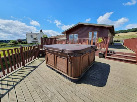 Countryside Lodge with Hot Tub and Amazing Views
