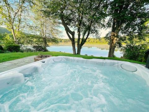 Stylish Lakeside Chalet with Hot Tub