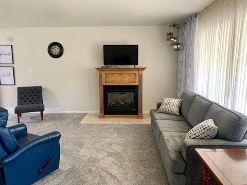 Lovely 2-bedroom duplex apt with indoor fireplace