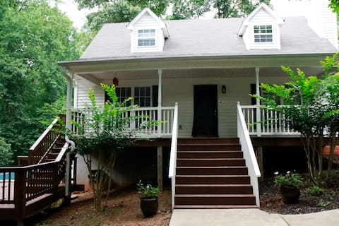 Charming 3 bed/2 bath Lakehouse with a  boat dock
