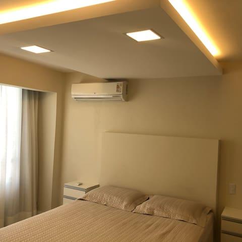 Quarto casal climatizado, iluminação Led e teto rebaixado.