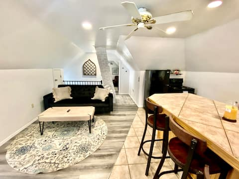 Lovely 1 bedroom loft 1 block from downtown
