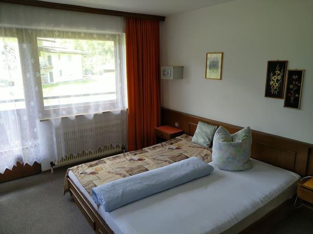Doppelbettzimmer 3, Doppelbett, Waschtisch, Dusche, WC, Zugang zum Balkon