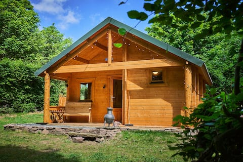 Romantic, lochside log eco- cabin in the woods