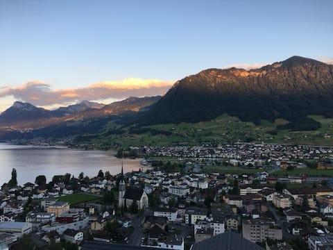 Das Bijou umrahmt von See und Bergen