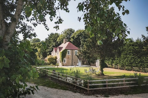 Enchanting two bedroom Cotswold holiday cottage