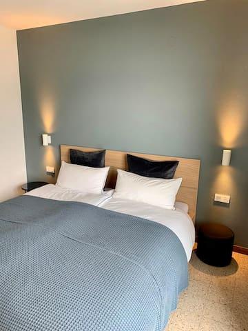 """Unser """"Midnight Room"""" (Zimmer mit einem Doppelbett 1,80x2,00m) befindet sich im Erdgeschoss des Hauses und bietet Platz für zwei Personen"""