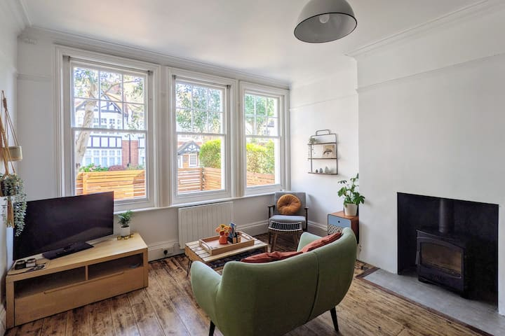 Bright and Spacious main room with view of the garden