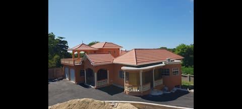 D & S Luxury 2 bedroom villa with onsite parking