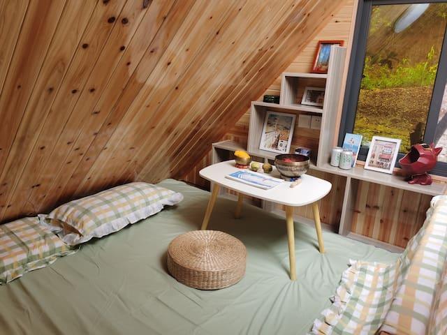 榻榻米式超大床,同时是一个避世、清净,向内觉知自我的惬意空间。