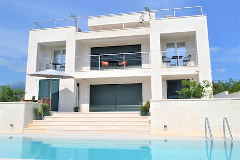 Luxurious 3-apartments villa with pool and  view 1