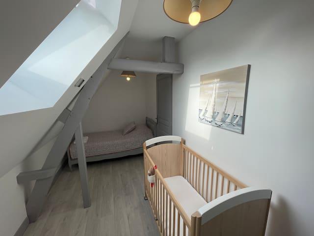 Chambre avec deux lits simples 90*190 et un lit bébé. Possibilité de rajouter un lit parapluie disponible sur demande.