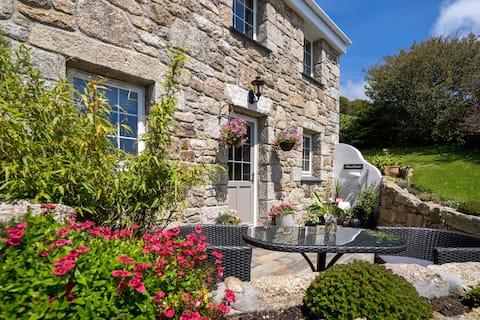 Una camera da letto Cornish Cottage in un ambiente tranquillo.