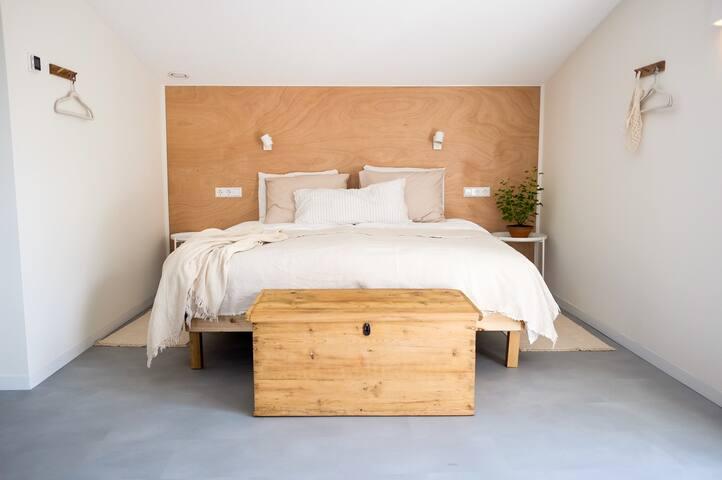 Een ruim 2 persoonbed (180×200) wat we optioneel kunnen veranderen in 2 aparte bedden.